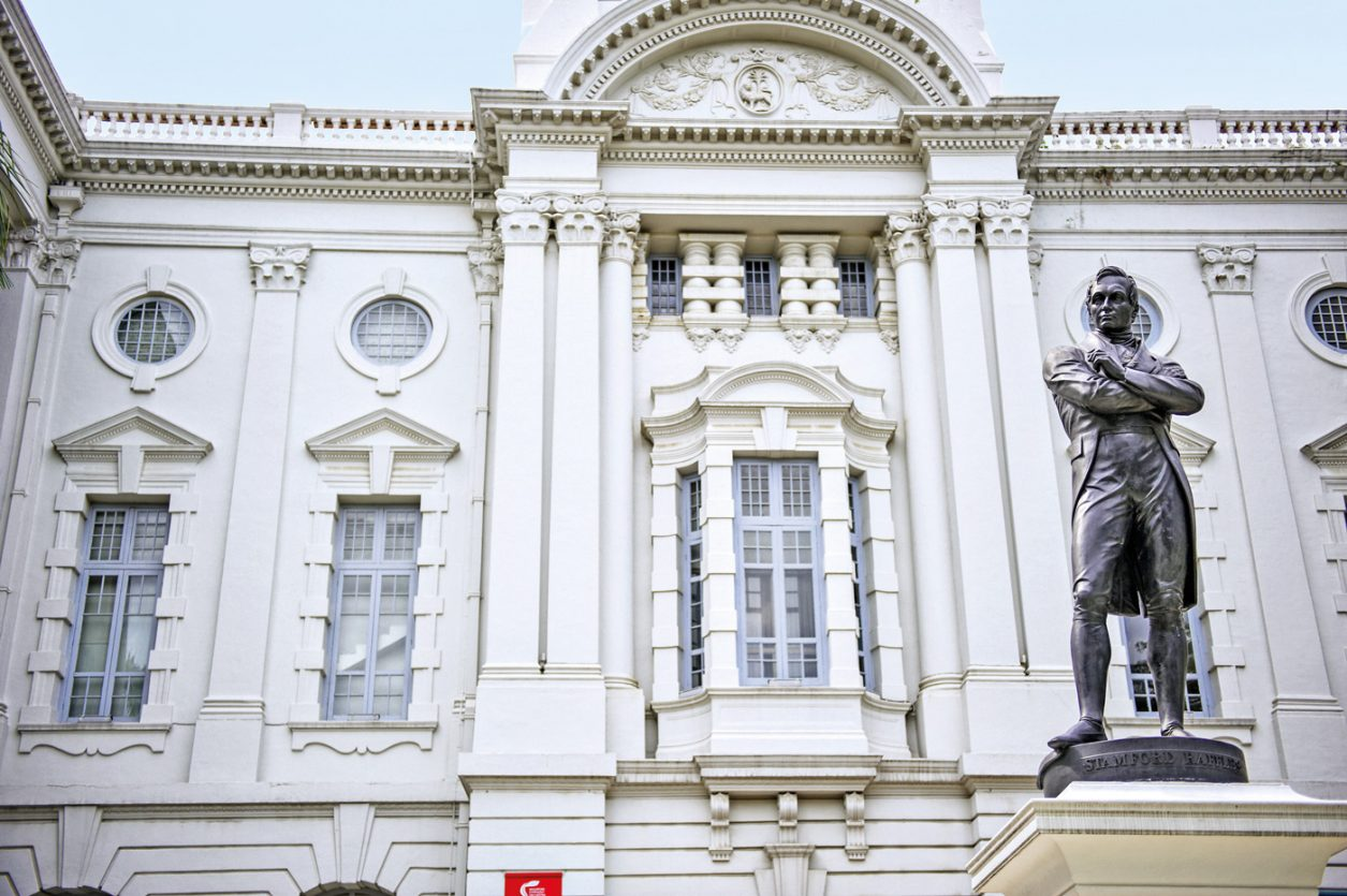 Raffles' Statue vor dem Victoria Theatre and Concert Hall